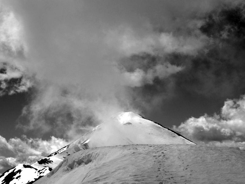 Bric Costarossa tra le nebbie di passaggio