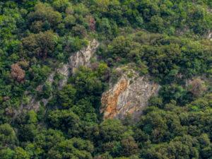 Il paretino di Finalborgo osservato dalle Rocce di Orera, sul versante opposto della Valle Pora