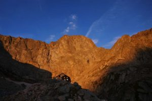 alba al rifugio Pagarì, sullo sfondo la Maledia