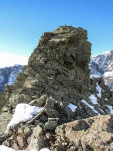 La cima del Triangolo, che si raggiunge con passi di facile arrampicata. Sulla cima si trova il primo ancoraggio per la discesa in corda doppia.