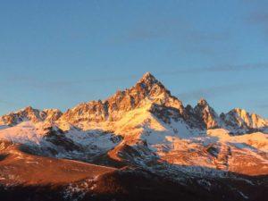 Le prime luci dell'alba sul Monviso