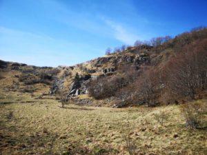 San Lorenzo - depressione erbosa con i resti di una antica area di sosta dei pastori